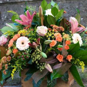 composición floral cafe
