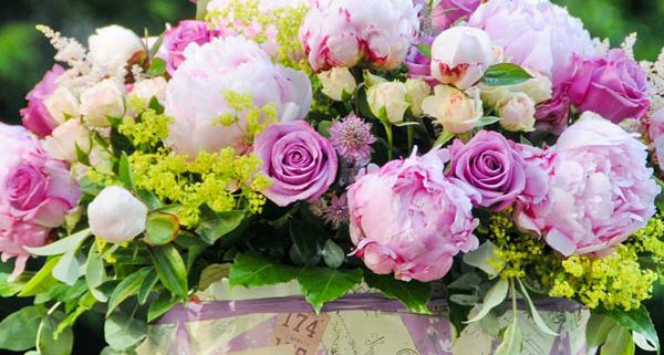 composicion-flores-cream-gracia-caja-de-madera-Fiuncho